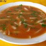 суп с томатной пастой и лапшой на обед