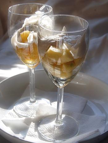 Теплый фруктовый салат с творогом в бокале на завтрак в постель