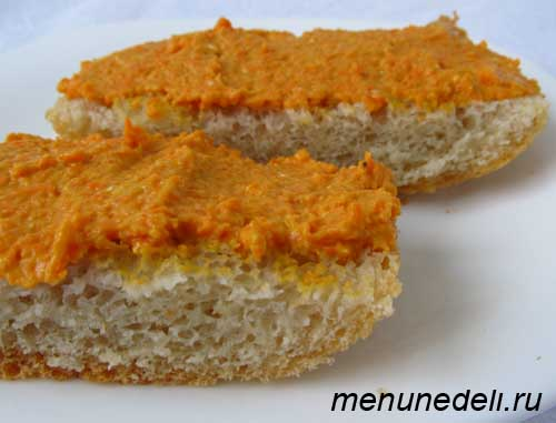 паштет из селедки и морковки на кусочках хлеба