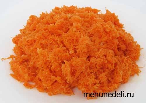 Простой салат из морковки с чесноком перед подачей на стол