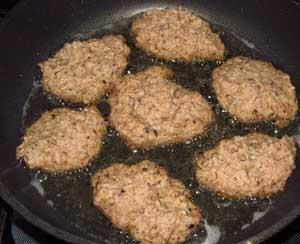 Котлеты из риса и грибов в панировке жарятся на сковороде