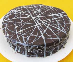 Готовый шоколадный торт с грецкими орехами