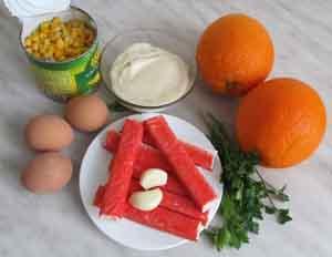 Ингредиенты для салата из крабовых палочек и апельсина
