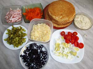 Измельченные ветчина яйца сыр чери  огурцы и маслины