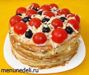 Закусочный торт из блинов перед подачей
