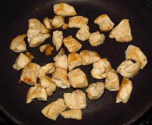 Куриное филе порезанное кубиками обжаривается на сковороде