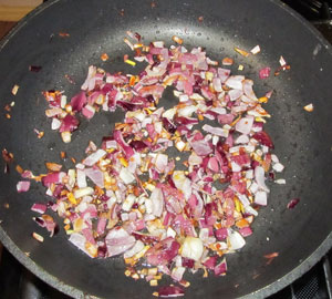 Очищенный и мелко порезанный лук обжаривается на сковороде