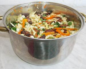 Готовый салат с пекинской капустой и курицей в большой кастрюле