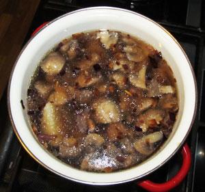 Во вскипевший бульон добавлены лук грибы и картофель