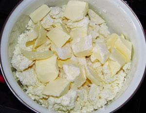 Творог в кастрюле с маслом содой и солью