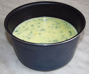 Сырная масса в огнеупорной форме смазанной маслом