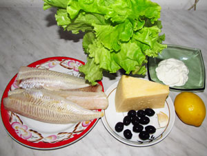 Продукты для приготовления рулетов из рыбы в листьях салата