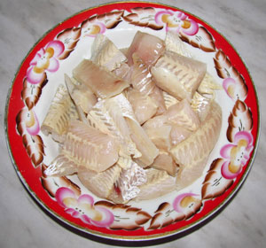 Филе хека порезанное на крупные куски для приготовления рулетов