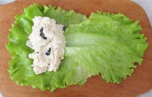 Рыбно сырная смесь на листьях салата