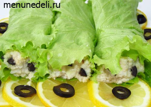 Рулеты из рыбы в листьях салата с маслинами