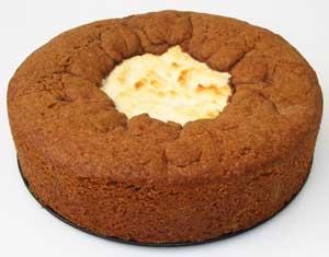 Шоколадный пирог с кокосово-творожной начинкой перед подачей