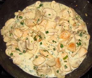 К курице и грибам добавлены зелень и сметана
