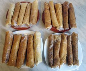 двадцать блинчиков с разными видами начинок приготовленные к замораживанию