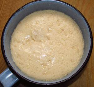 Смешиваем молоко с сахаром мукой и дрожжами