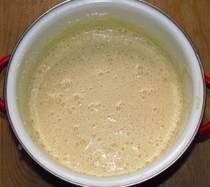 В масляно яичную смесь добавлена опара