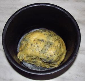 Вымешанное с маком тесто выложено в форму
