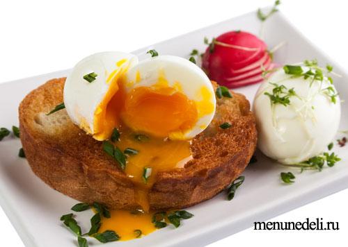 Яйца пашот на тосте с зеленью