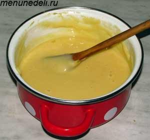 В получившееся тесто вводятся яйца с постоянным вымешиванием