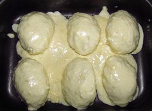Картофельные клецки в форме для запекания политые соусом и сыром