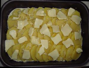 Картофель со сливочным маслом и соусом в противне