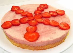 Простой клубничный торт перед подачей на стол