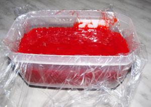 Перетертая клубника в форме накрытой пищевой пленкой