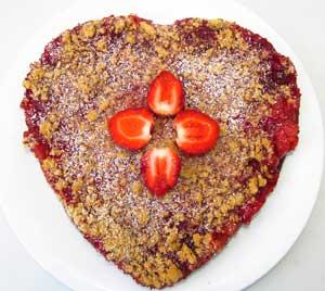 Готовый крамбль из клубники украшенный свежей ягодой