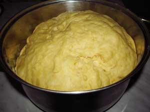 Тесто для плюшек после расстойки.