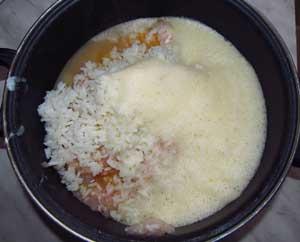 Соединенные в одной емкости рыбный фарш яйца и рис