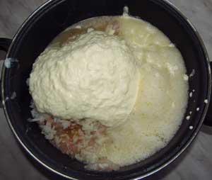 Взбитые сливки и лук добавлены в смесь рыбного фарша яиц и риса