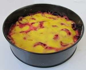 Готовый пирог со сливами и помадкой в форме для запекания