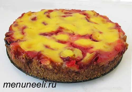 Пирог со сливой и заварной помадкой