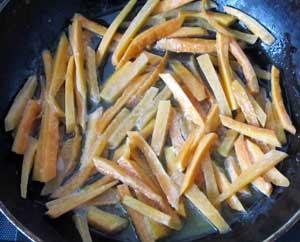 Морковь порезанная соломкой и обжаренная на сливочном масле без крышки