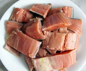 Филе осетровых помытое и порезанное на кусочки для приготовления солянки