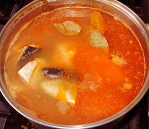Готовая солянка из рыбы перловки моркови и соленых огурцов с маслинами