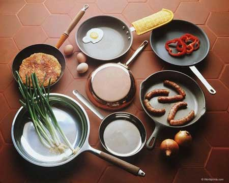 Много сковородок различных видов и назначений