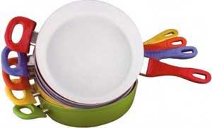 несколько сковород различных цветов с керамическим покрытием