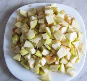 Яблоки порезанные кусочками для приготовления свинины с картофелем