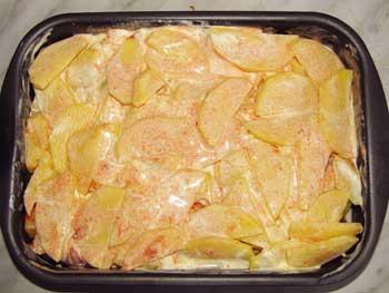 Картофель свинина и яблоки залиты соусом
