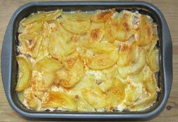 Готовая свинина с яблоками и картофелем после запекания