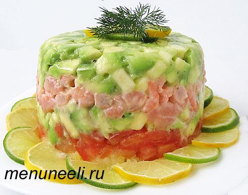 Готовый салат с авокадо и креветками перед подачей на стол