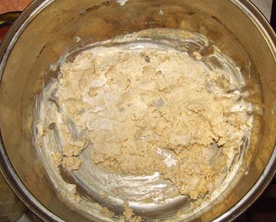 Смешанные хлебные сухари и сметана для приготовления паштета