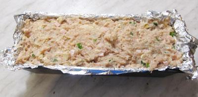 фарш из курицы с фисташками в форме для выпечки