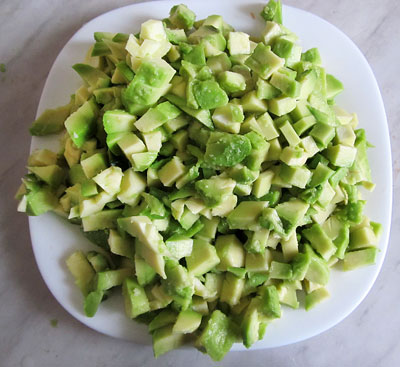 Почищенный и порезанный на мелкие кусочки авокадо