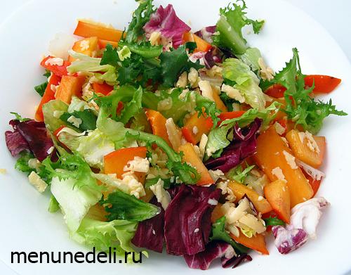 Готовый салат из хурмы с салатом твердым сыром и орешками